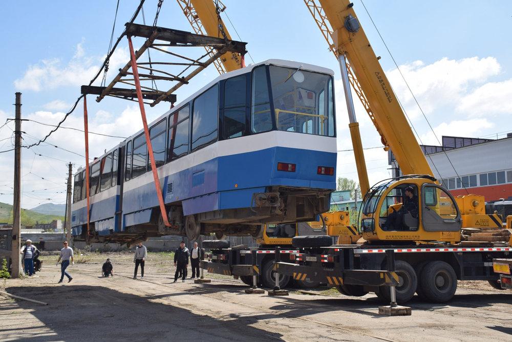 Vykládka jednoho z pěti vozů Tatra KT4DM dne 10. května 2018. (foto:Valerij Kozlov)