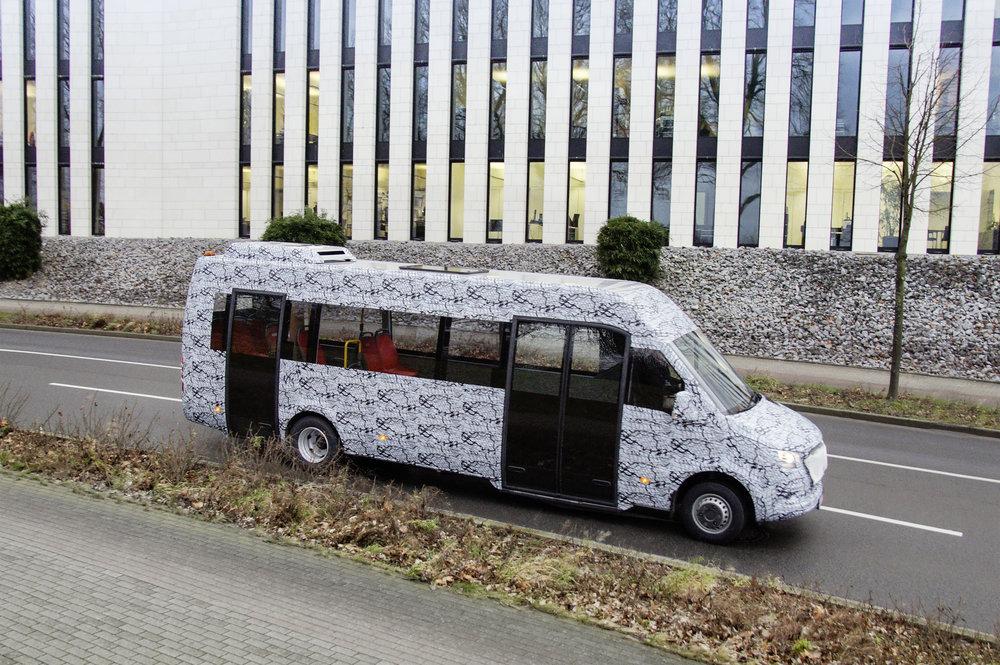 Ještě jeden snímek s autobusem polepeným maskovacími fóliemi. (foto: Mercedes-Benz Minibus GmbH)