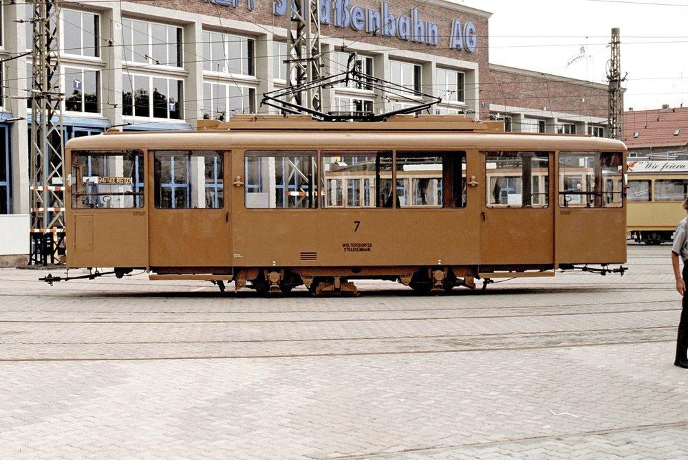 Prototyp vozu KSW se dostal ještě za války z Berlína do Woltersdorfu, kde je dodnes uchován jako historické vozidlo. Na snímku vidíme z roku 1992 vidíme tramvaj při zapůjčení do Rostocku. Tramvaj měla v té době nový lak, který korespondoval s válečným provedením (pískově hnědá barva). Jako rezervní sloužila tramvaj ve Woltersdorfu až do roku 1996. (zdroj: Wikipedia.org)