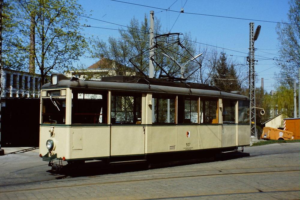 """Většina """"válečných tramvají"""" byla vyrobena až po válce. Augsburg například získal 10 vozů ev. č. 501-510 až v roce 1948. Poslední vozy byly vyřazeny v roce 1976. Vůz ev. č. 507 byl prodán do Darmstadtu, kde je uchován jako historický. (zdroj: Wikipedia.org)"""