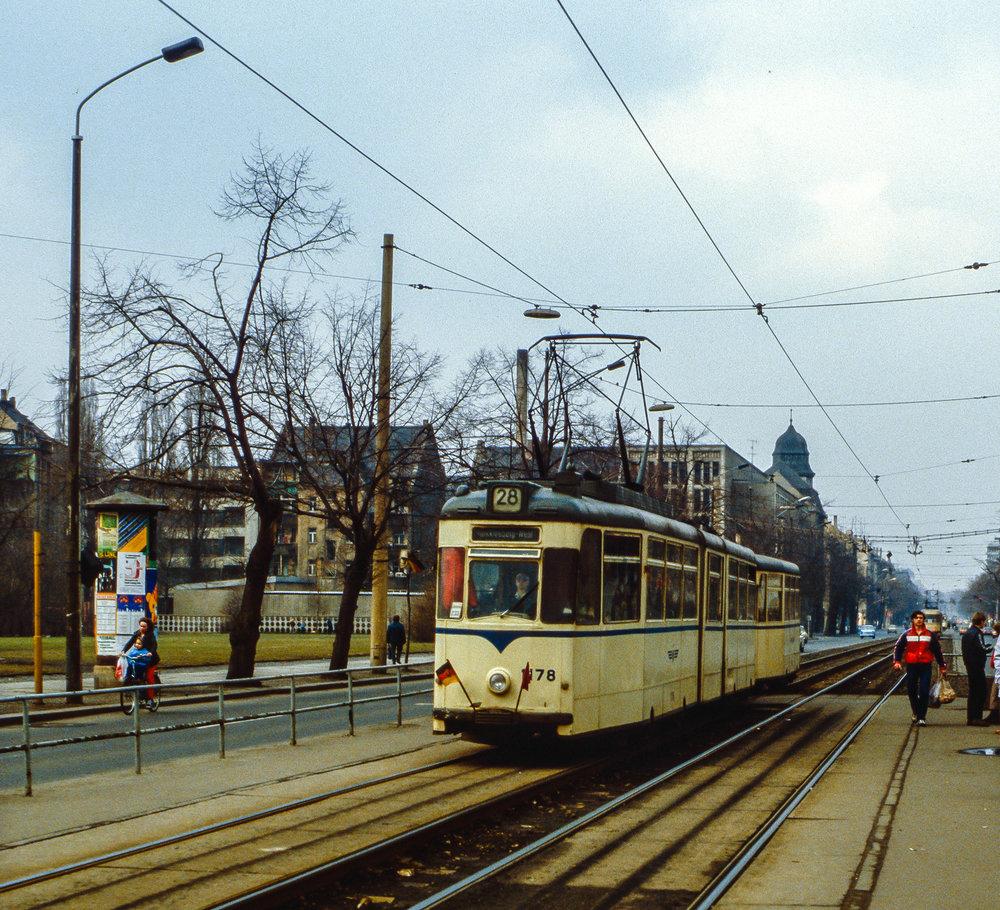 V roce 1986 byla zachycena souprava tramvají Gotha v Lipsku. Článkové tramvaje měly pomoci vypořádat se s velkým počtem cestujících, kapacitně však samy o sobě nemohly konkurovat spojení trojice klasických dvounápravových vozů. Proto k nim byly poměrně běžně připojovány v provozu i vlečné vozy. (foto: Dietmar Rabich, zdroj: Wikipedia.org)
