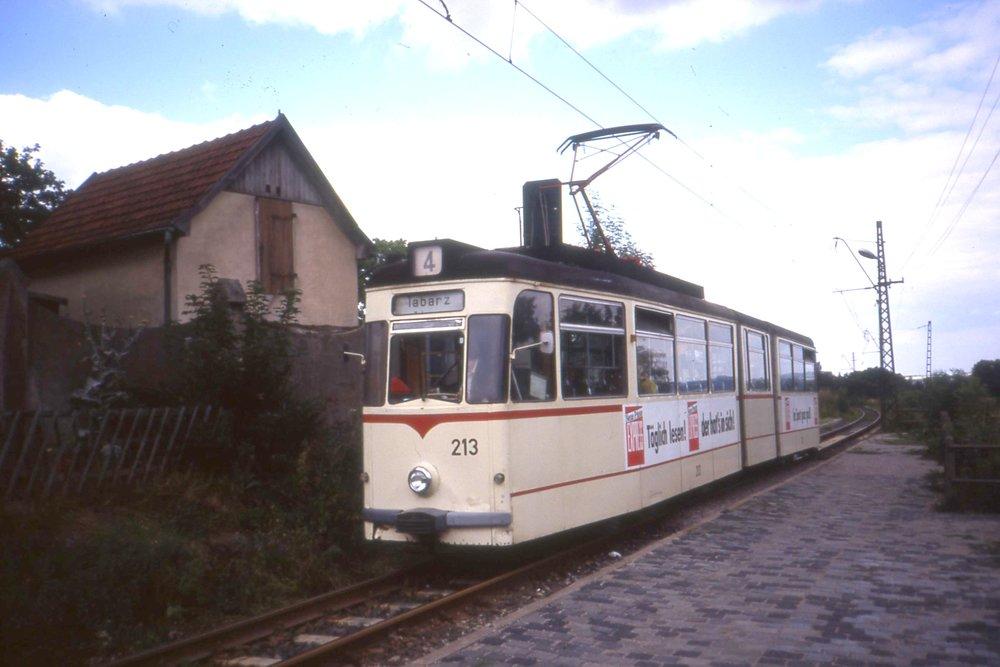 Ještě jeden pohled na vůz typu G 4 z roku 1967 (podtyp G 4-65) na Thüringerwaldbahn. Snímek pochází z roku 1995. (foto: Felix O, zdroj: Wikipedia.org)