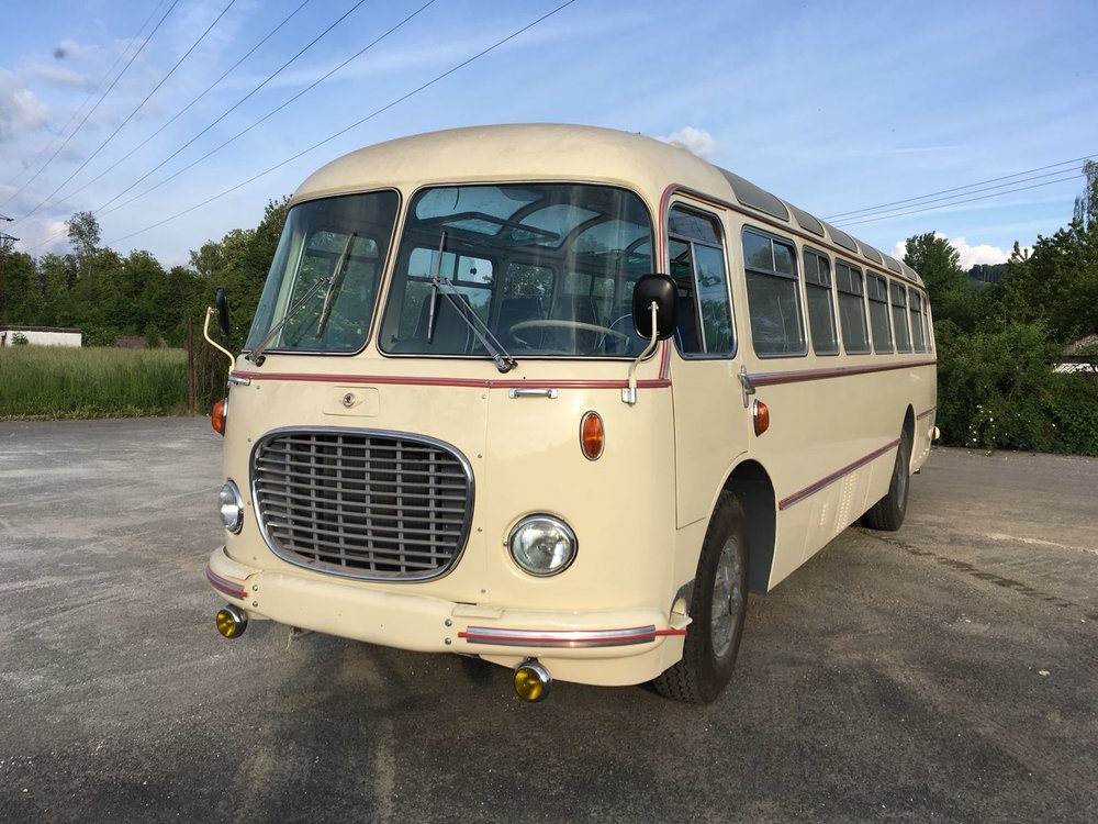 Nová pýcha společnosti Arriva Morava. Na tomto snímku vidíme zrekonstruovaný autobus Škoda 706 RTO LUX ještě v krémovém laku před doplněním modrých pruhů. (foto: Arriva Morava)