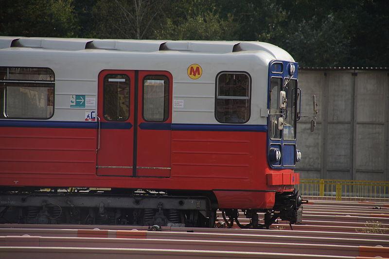 Nové vlaky metra měly nahradit starší jednotky řady 81-71. (foto: Mateusz Włodarczyk; zdroj: Wikipedia.org))