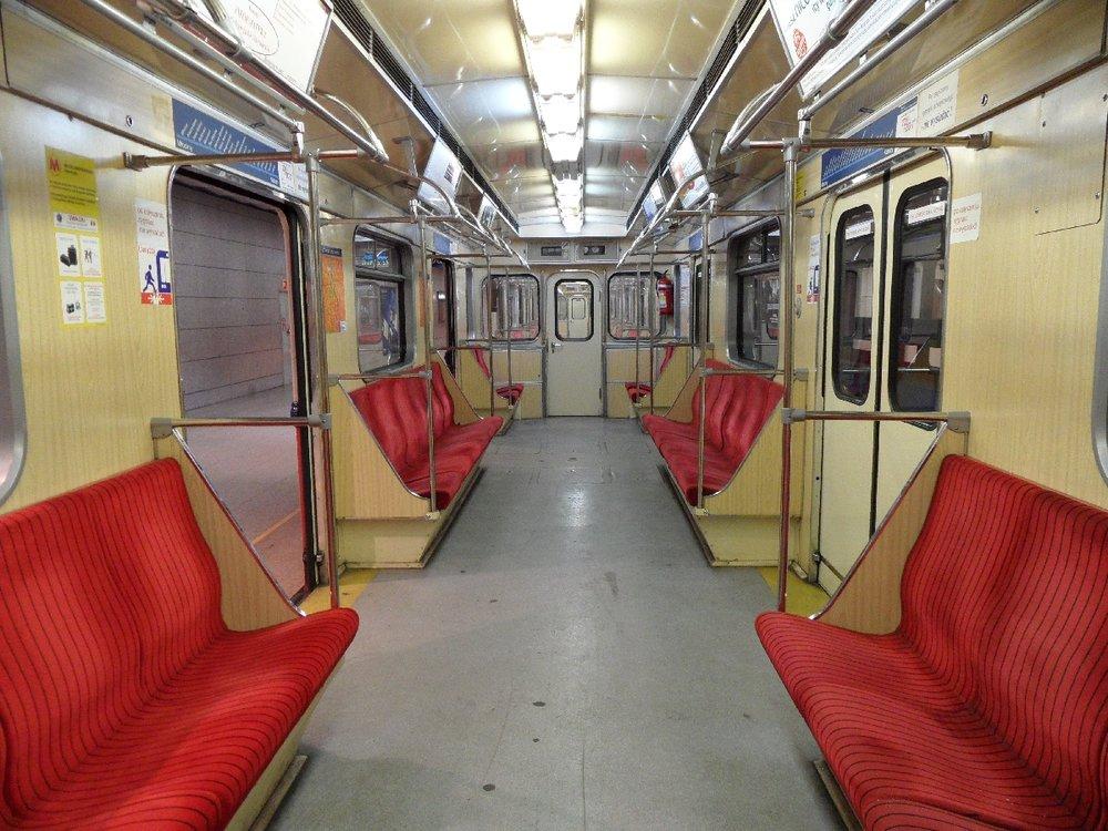 Interiér nejstarších souprav metra řady 81-71 ve Varšavě. (zdroj: Wikipedia.org)