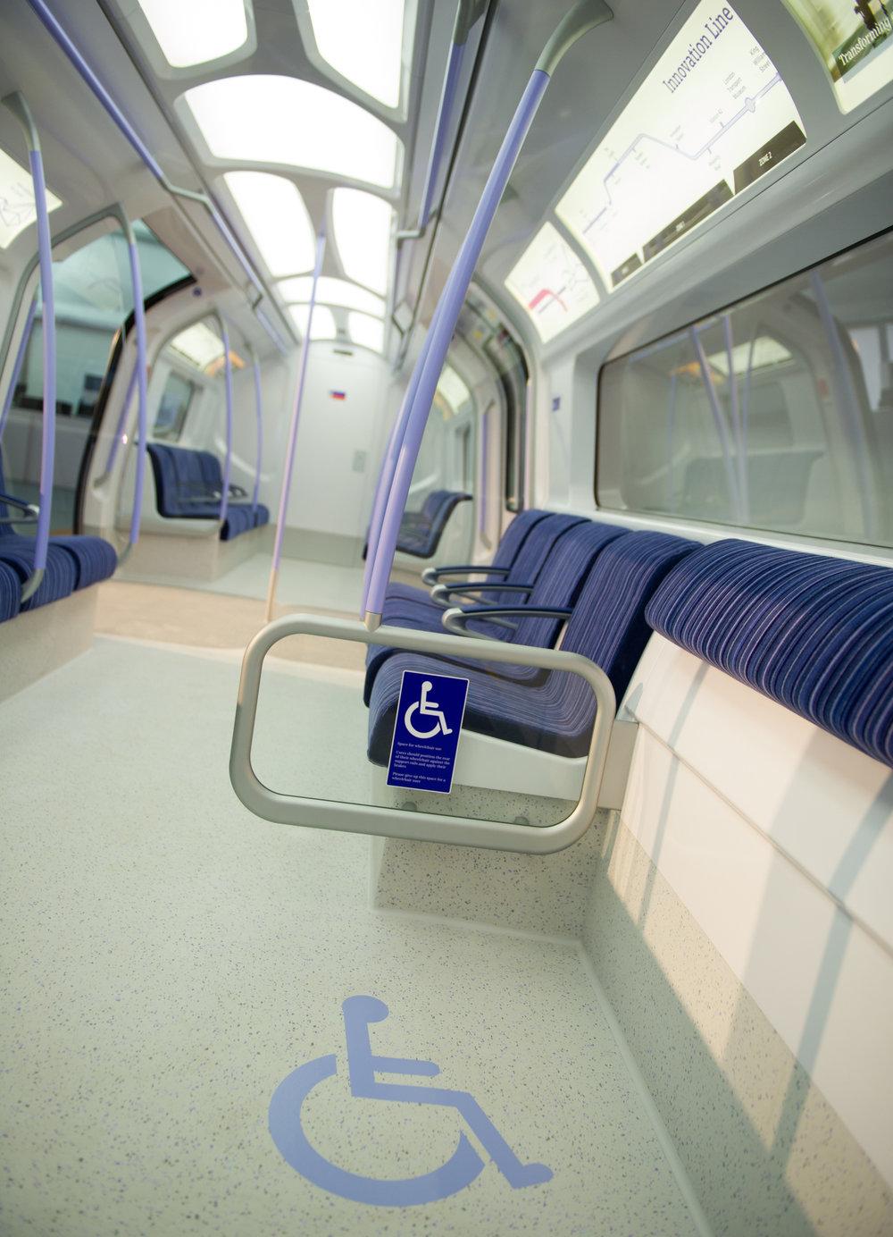Pohled do interiéru navržené soupravy maloprofilového metra v Londýně z roku 2013. Finální provedení by mělo mít design s křivkami více podobnými konvenčnímu řešení Inspira.(zdroj: Siemens)