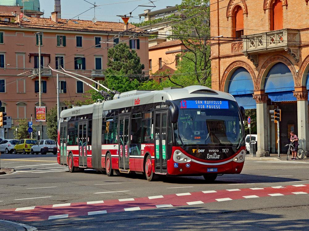 Varianta Crealis Neo se zaoblenými křivkami. Na snímku je provedení trolejbusů v italské Boloni. Elektrickou výzbroj dodala vozidlu Škoda Electric. (zdroj: Wikipedia.org)