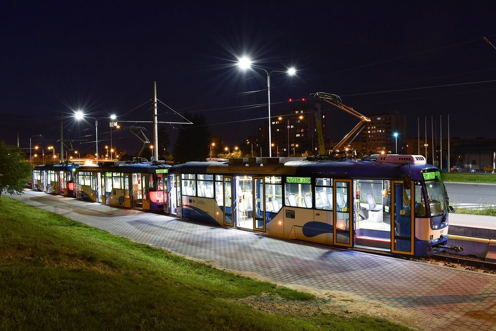 """""""Trojče"""" tramvají VarioLF na konečné Dubina v rámci první zkoušky v pátek dne 29. 6. 2018. (foto: Haki)"""