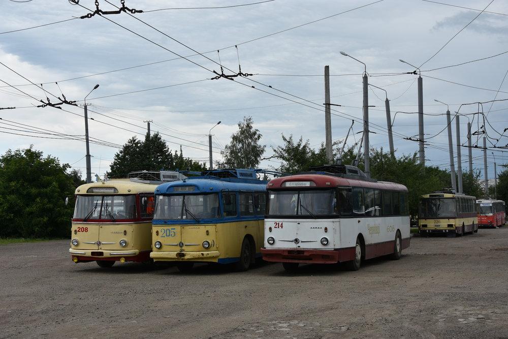 Trojice trolejbusů Škoda 9 Tr v ukrajinských Černovicích. (foto: Libor Hinčica)
