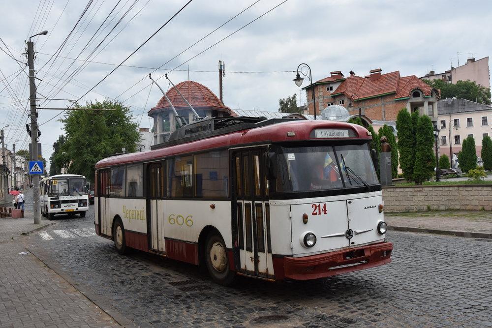 Netradiční provedení trolejbusu Škoda 9 Tr s lepenými okny. (foto: Libor Hinčica)