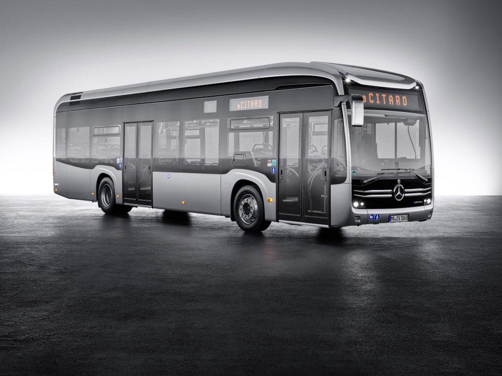 Nový elektrobus s logem Mercedesu - eCitaro. Autobus převzal některé křivky z modelu Future Bus, který byl představen jako koncept před dvěma lety. (foto: EvoBus)
