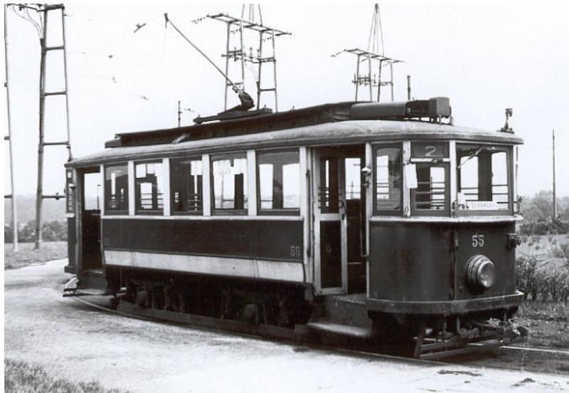 Vůz ev. č. 55 z roku 1933 byl prakticky identický s vozidly dodávanými do Prahy. Na snímku je na staré konečné ve Skvrňanech. (zdroj: www.plzensketramvaje.cz; foto: J. Titz, sbírka: J. Hertl)
