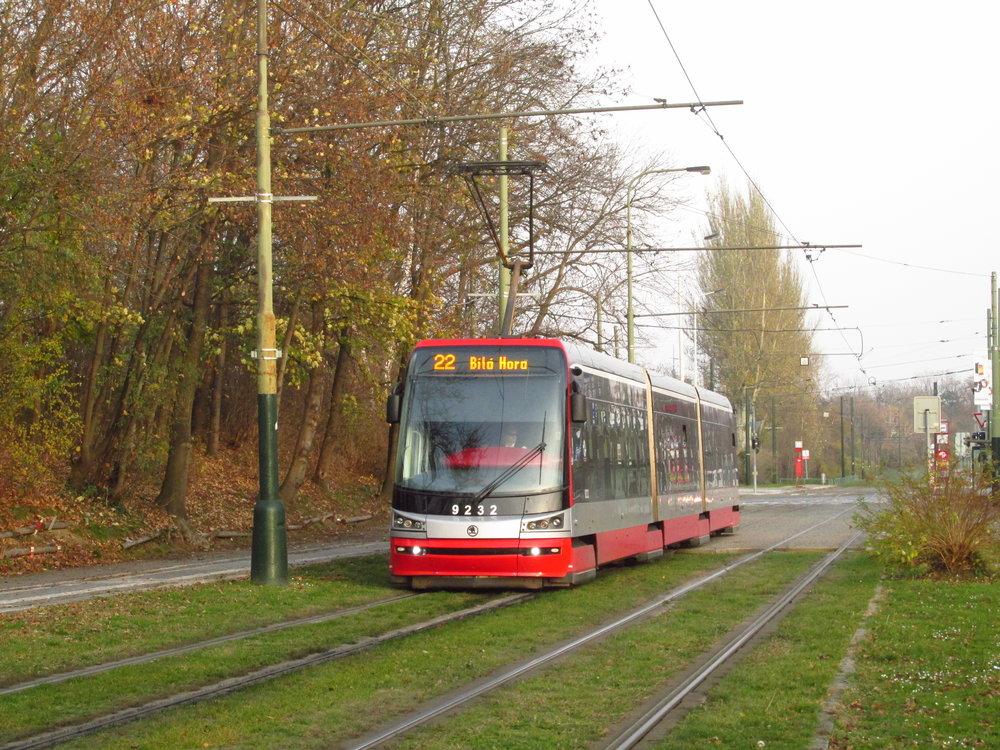Tramvaj Škoda 15T ForCity Alfa v původním designovém provedení. Tyto tramvaje se dočkají dodatečné instalace klimatizace salónu cestujících. (foto: Ing. Filip Jiřík)