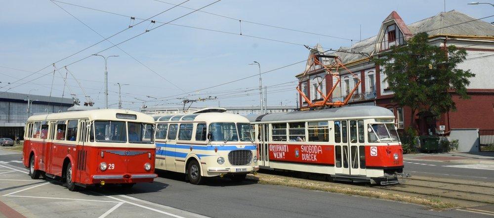 Setkání trojice historických vozidel - trolejbusu Škoda 8 Tr, autobusu Škoda 706 RTO LUX a vozu T1 s nápisy, jež odkazují na smutnou dobu před 50 lety. (foto: Miroslav Halász)