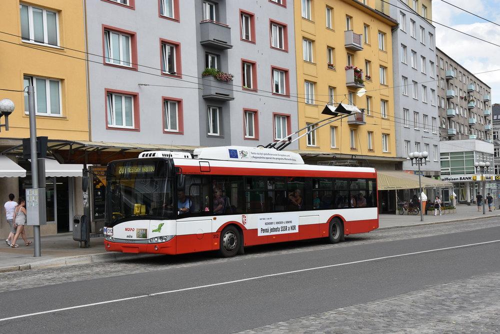 """Trolejbus Škoda 26 Tr ev. č. 312 s nápisem """"Pevná jednota SSSR a NDR"""" na bočnici. (foto: Libor Hinčica)"""