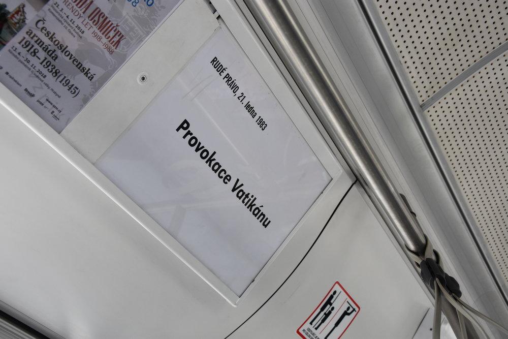 Texty se objevily také ve vozidlech. Kromě Rudého práva jsou cestující seznámeni také s titulky z Nového Opavska. (foto: Libor Hinčica)