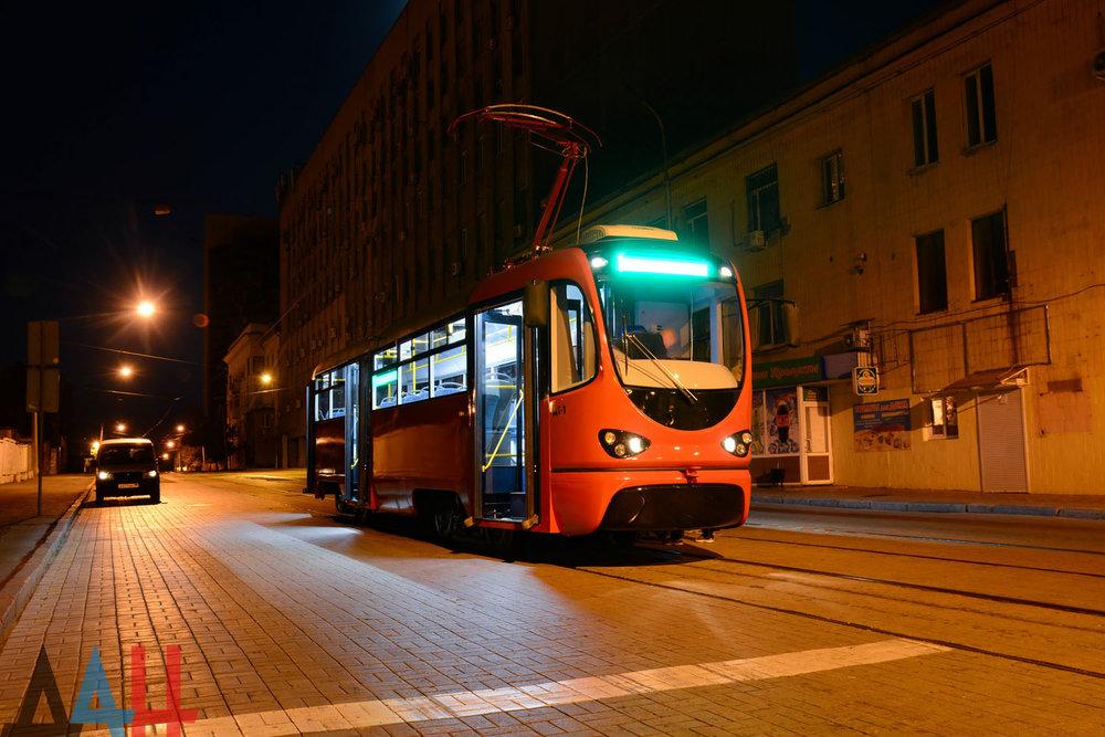 Na snímku z noci z 25. na 26. 8. 2018 vidíme tramvaj typu DT-1 při svém prvním putování ulicemi Doněcka. (foto: Донецкое Агентство Новостей)