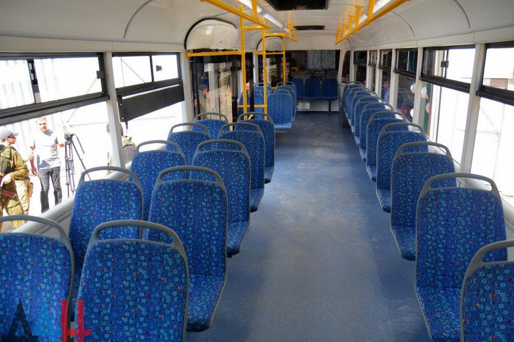 Interiér je jednoduchý, ale neurazí, sedadla jsou čalouněná.