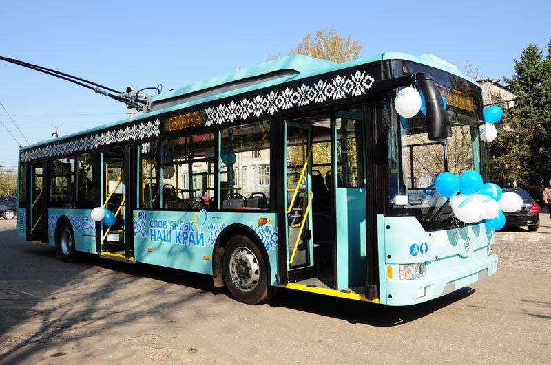 Slavnostně nazdobený trolejbus od výrobce Etalon ev. č. 301 pro Slavjansk v dubnu 2018. Druhý vůz nese ev. č. 302. (foto: Etalon)
