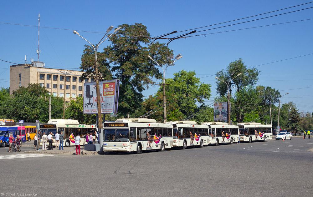 Slavnostní prezentace čtyř z osmi objednaných trolejbusů Dnipro-T103 dne 10. 8. 2018. Spolu s nimi byly ještě prezentovány tři nové autobusy. (foto: Danil Něstěrenko)