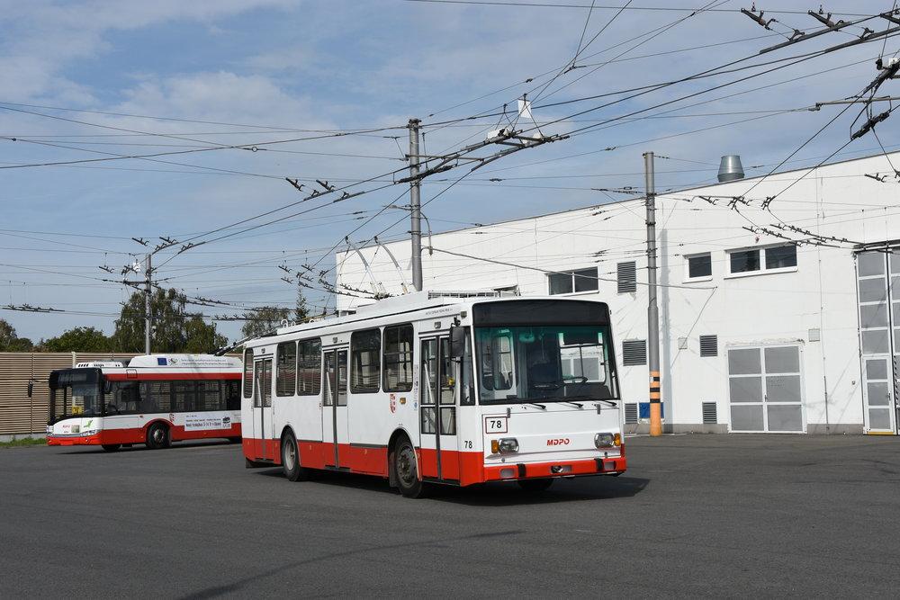 V Opavě slouží posledních 8 trolejbusů Škoda 14 TrM. Se všemi se budou moci zájemci o MHD projet dne 10. 11. 2018 naposledy v rámci zvláštního programu. (foto: Libo Hinčica)