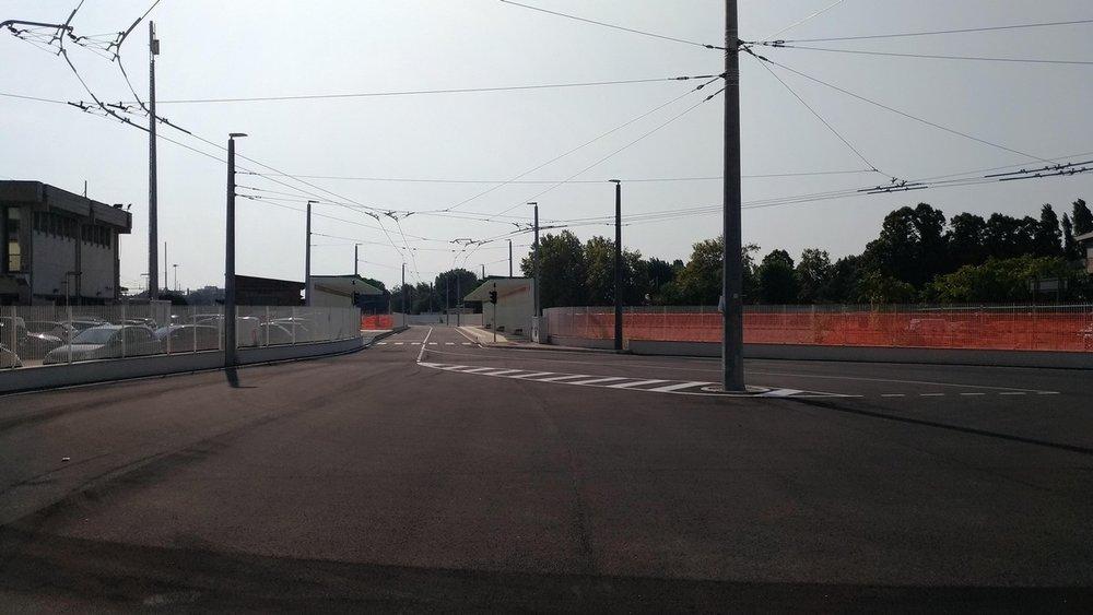 Pohled ze smyčky u riminského nádraží (vlevo, odbavovací hala ale nejde vidět, jelikož je vzdálená asi 70 m). Nová a stará trať zatím nejsou fyzicky propojeny. (foto: 2x Vladyslav Savytskyy)