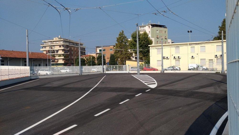 Konečná u stanice Rimini. Kdysi zde byly železniční koleje, dnes je tu jednostopá smyčka obehnaná plotem. Trolejbusy mohou ze smyčky vyjet branou (uprostřed) a po zhruba 50 m dorazí ke stávající trolejbusové trati.