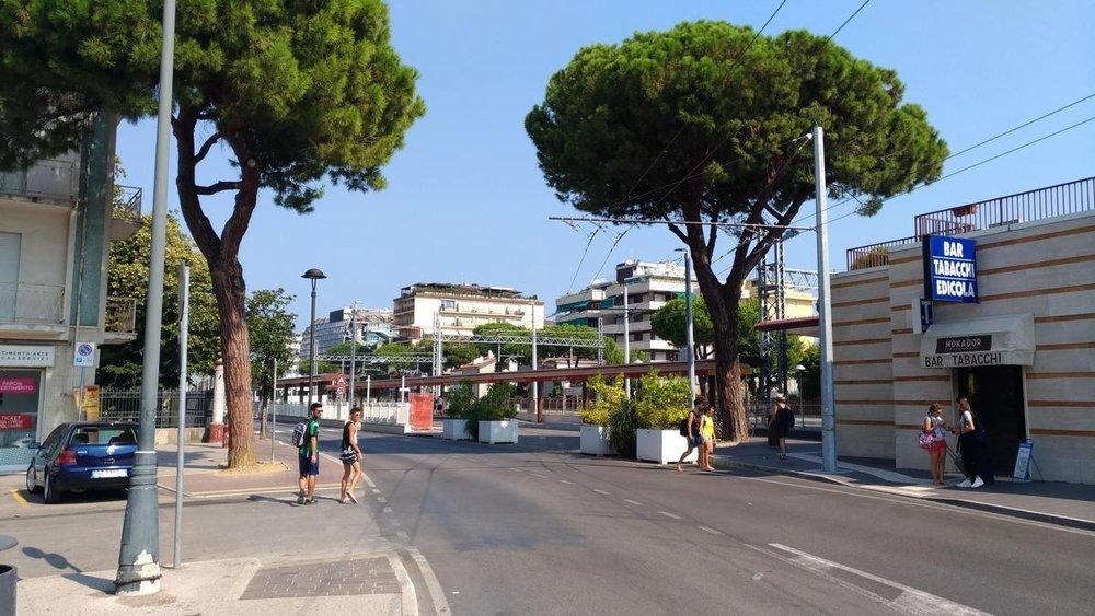 Výjezd z koridoru je u stanice Riccione zatím zahrazen květináči.