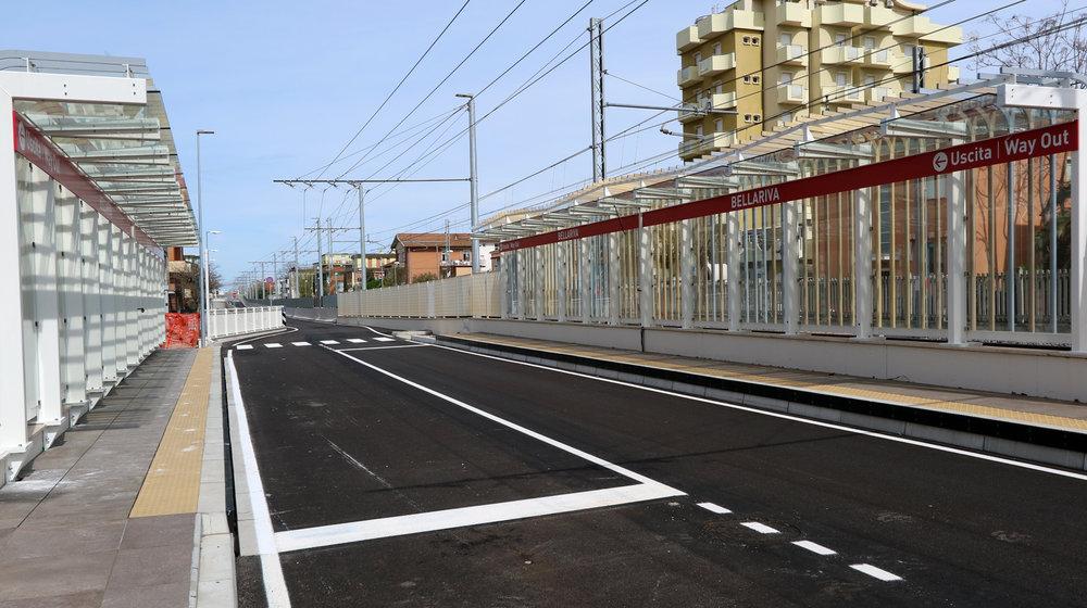 Zastávka Bellariva. Povšimněte si, jak se šířka koridoru zmenšuje. Pro bezpečnost bude systém vybaven signalizací pro vozy i chodce. (foto: Patrimonio Mobilità Provincia di Rimini)