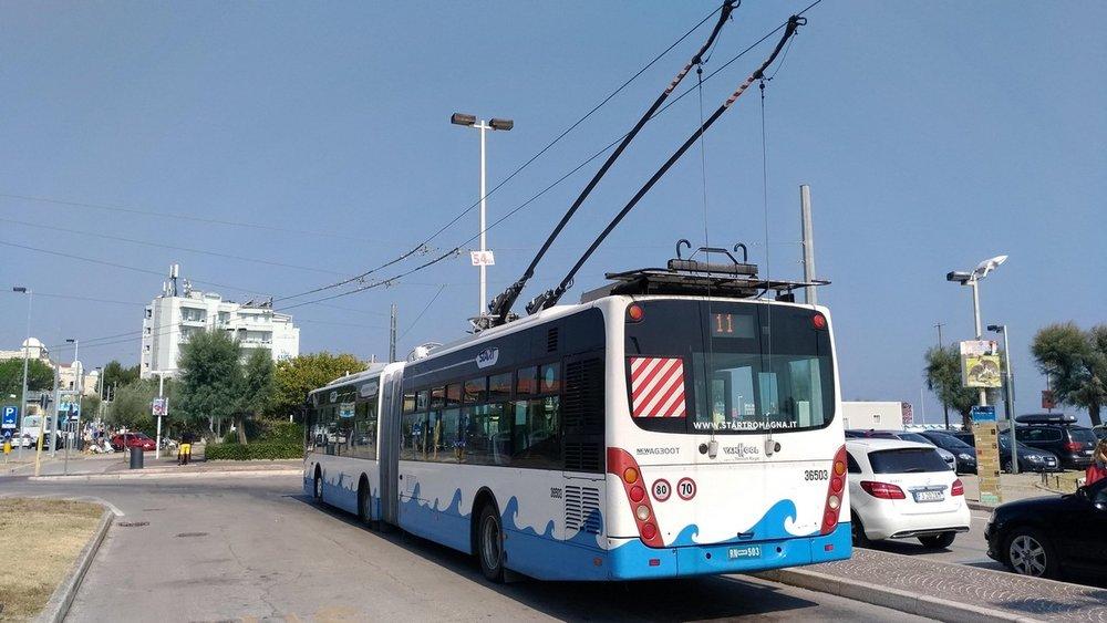 Jak dlouho se ještě budou trolejbusy těšit z pohledu na Jadran, se neví. Zřejmě se tam už ale dlouho větrem od moře ochlazovat nebudou. Snímek je z druhé poloviny srpna 2018. (foto: Vladyslav Savytskyy)