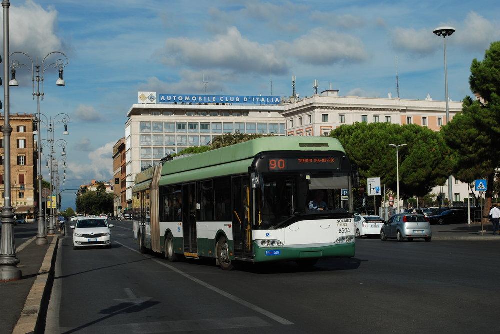 Trolejbus Solaris Trollino 18 s výzbrojí GANZ u nádraží v Římě. (foto: Libor Hinčica)