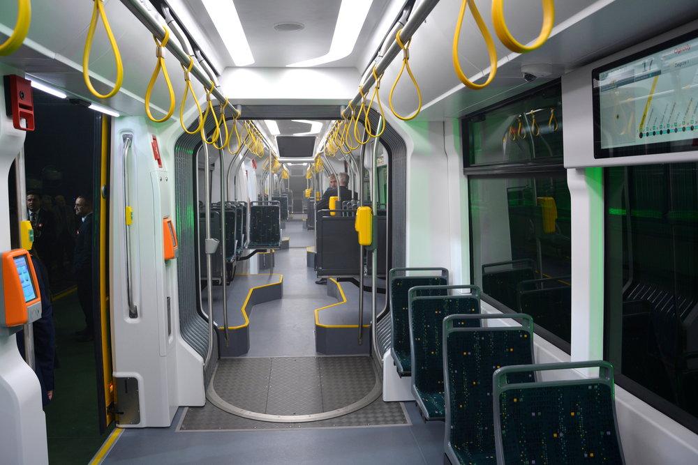 Pohled do interiéru vozu. 100% nízkopodlažní vůz se musí vypořádat s otočností podvozků. Řešením jsou podesty pod sedadly a lomená ulička. (foto: Witold Urbanowicz)