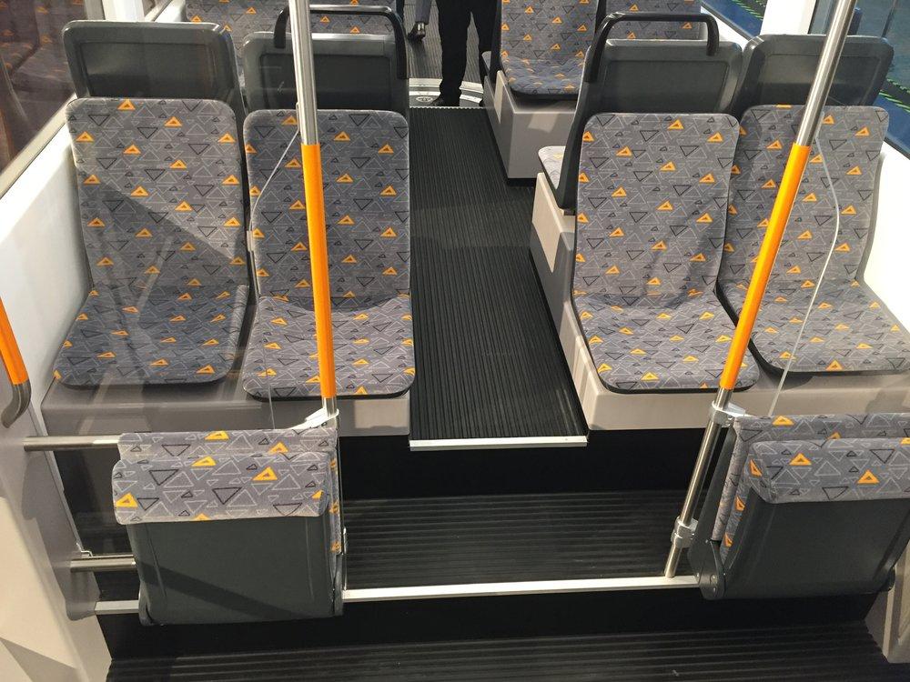 Ačkoli to koncepce vozů umožňuje, tramvaje nejsou vyhotoveny ve 100% nízkopodlažním provedení. (foto: Libor Hinčica)