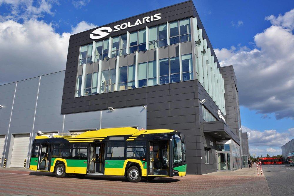 TLT sdílely fotku prvního z nových trolejbusů. Ten byl právě dokončen v závodě Solarisu. (foto: Solaris Bus & Coach S.A. / TLT)
