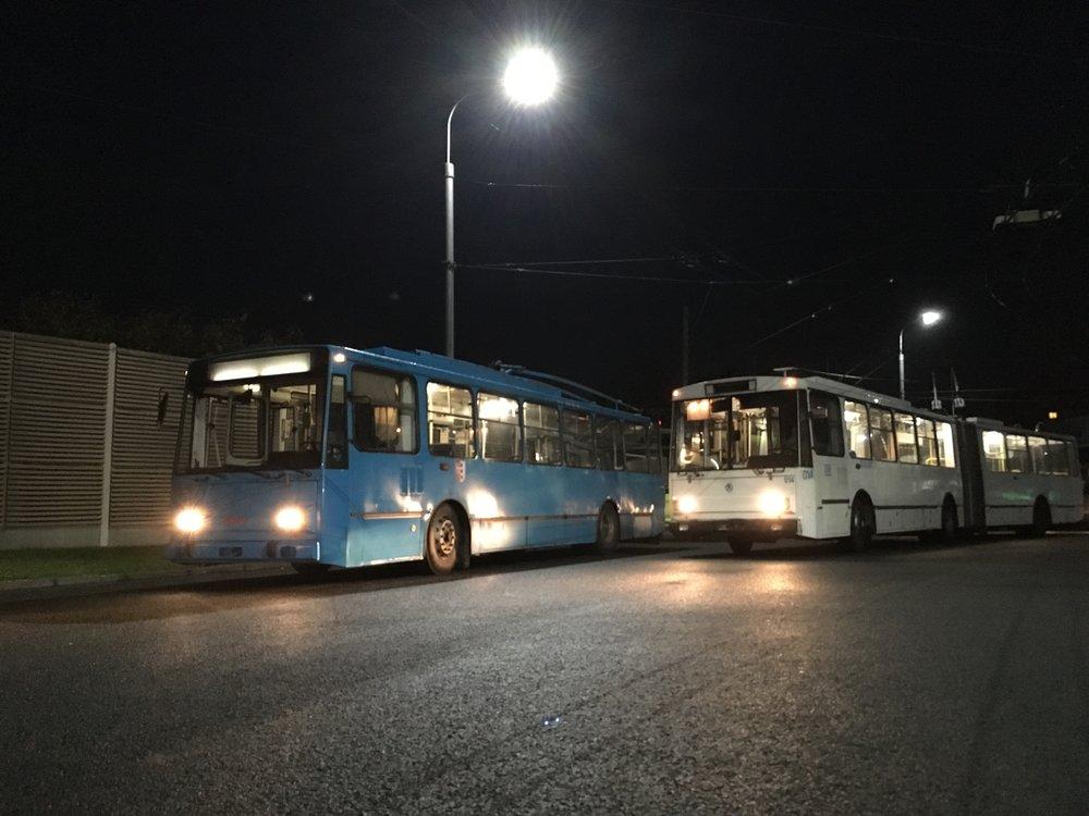 Trolejbus Škoda 14 TrM opavského DP a ex-chomutovský vůz Škoda 15 Tr ev. č. 014 po složení ve vozovně v Opavě. (foto: MDPO)