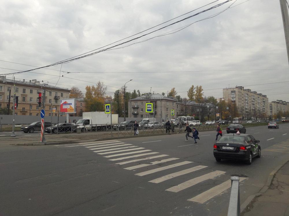 Zde vidíme konečnou zastávku ulica Kommuny. V levém směru následuje nácestná smyčka.