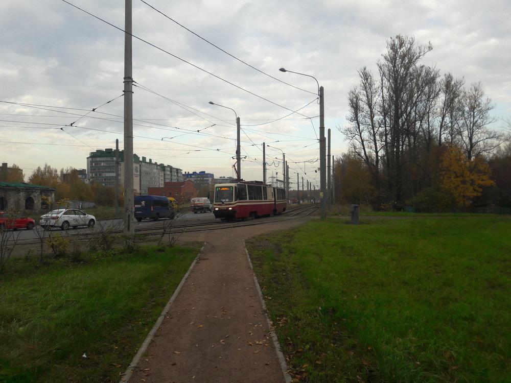 Zde tramvaj vyjíždějící z konečné ulica Kommuny.