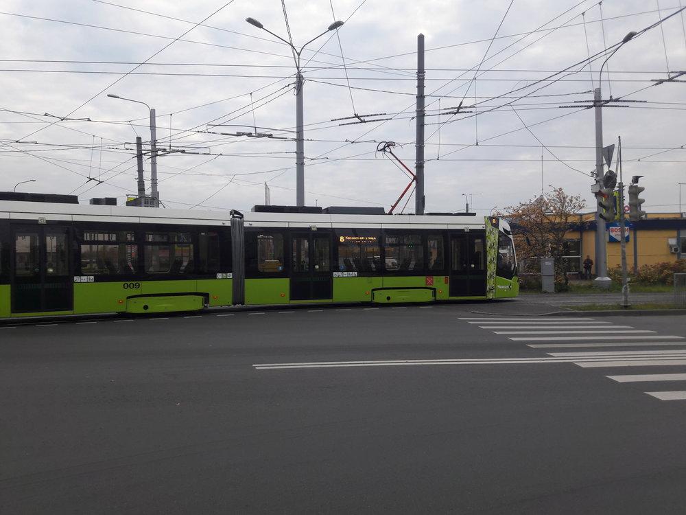 Tramvaj vyjíždí ze své konečné Chasanskaja ulica na stejnojmennou ulici a směřuje do oploceného areálu.