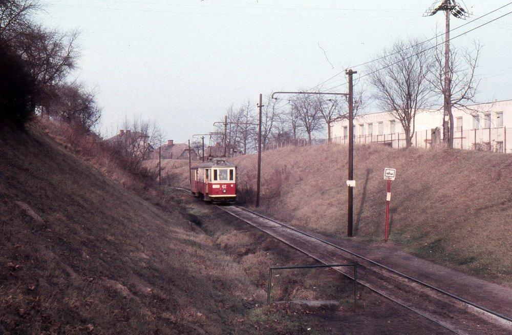 Motorový vůz ev. č. 62 na meziměstské trati z Hlučína do Ostravy v roce 1982 před ukončením provozu. V úseku na fotografii  je vůz zachycen u zastávky Nemocnice v Petřkovicích, tedy na úseku, jenž byl vybudován jako tramvajová trať. (foto: Aleš Mikoláš)