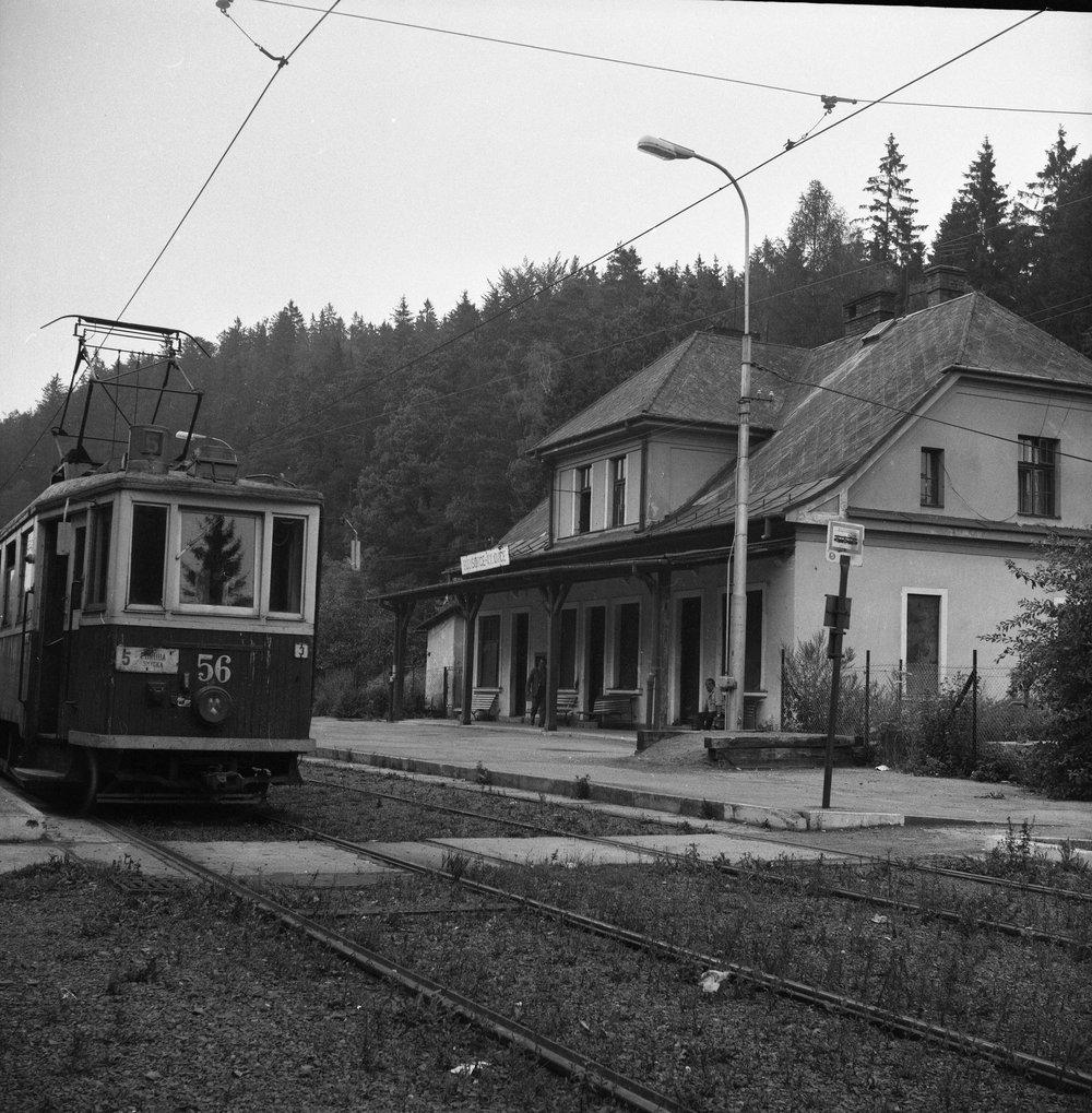 Trať byla v letech 1947-48 elektrifikována a vyjely na ni tramvaje. I po válce se přitom počítalo s tím, že by bylo možné dokončit dráhu podle původních návrhů, tedy až do Hradce nad Moravicí. Na snímku vidíme motorový vůz ev. č. 56 na konečné v Kyjovicích. Původní nádražní budova si ještě zachovává svůj vzhled s krytým nástupištěm. (foto: Jaromír Hinčica)
