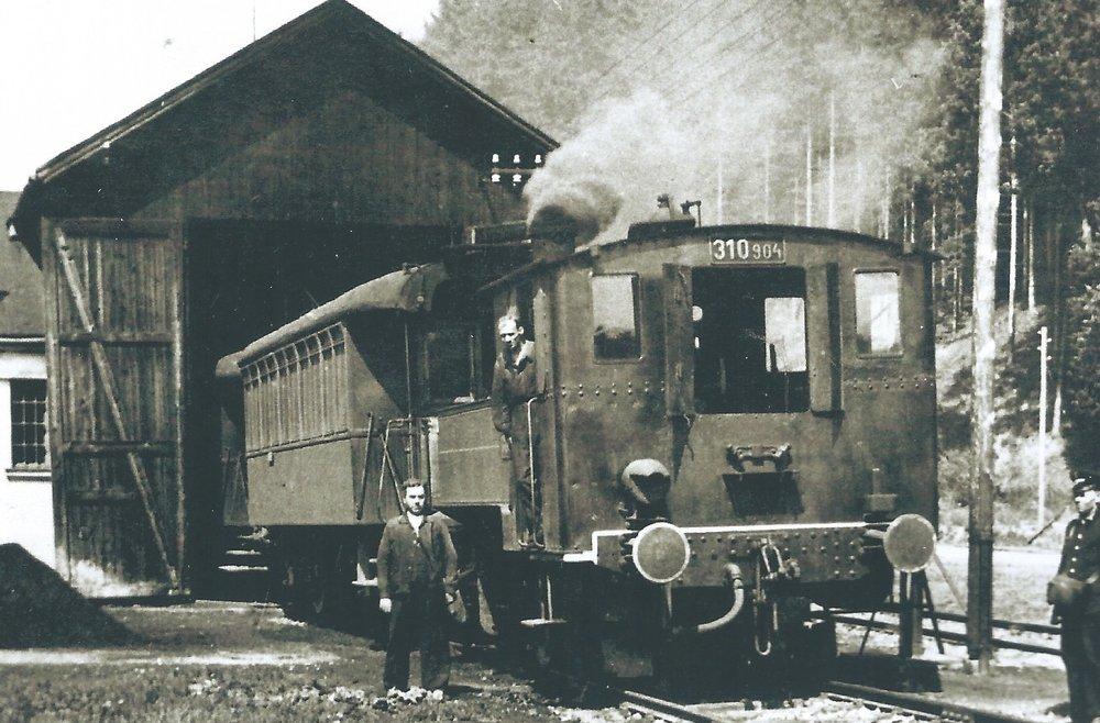 Ve výtopně na konečné v Kyjovicích (dnes smyčka Zátiší) byla zdokumentována lokomotiva 310.904 SZD. (sbírka: Libor Hinčica)