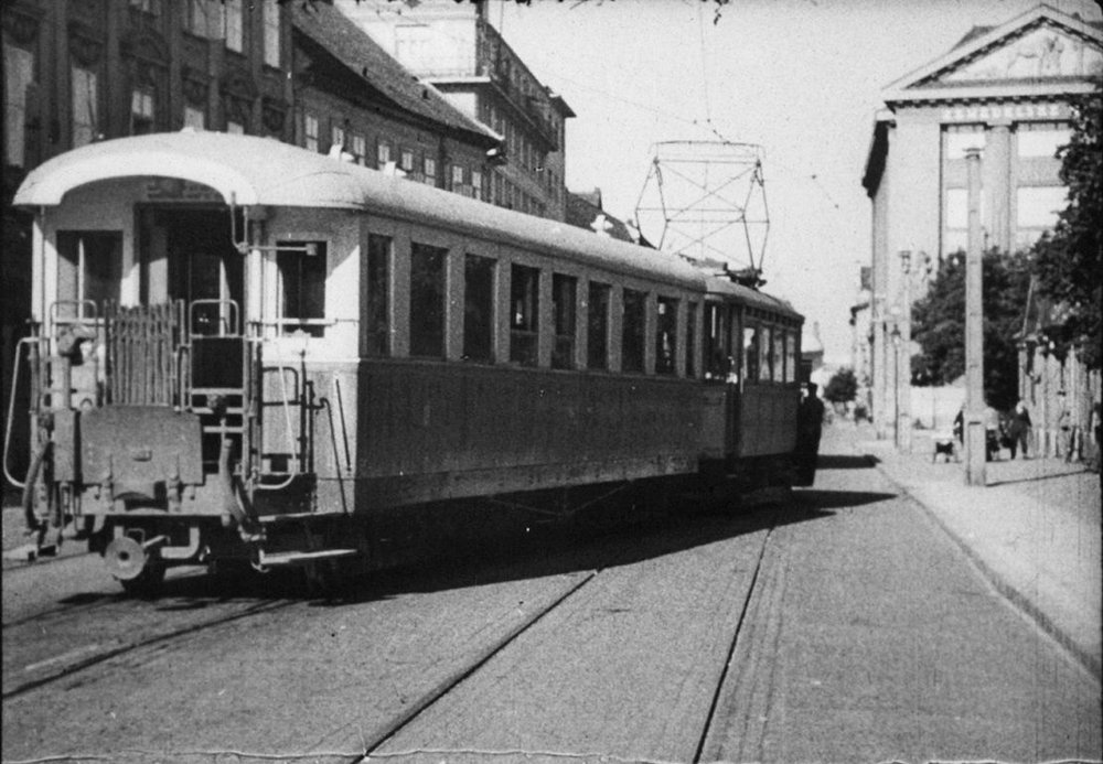 Přívěsný vůz řady Bca při posunu na konečné stanici v Bratislavě společně s tramvajovým motorovým vozem. (repro z časopisu ČS Dopravák 1/2018)