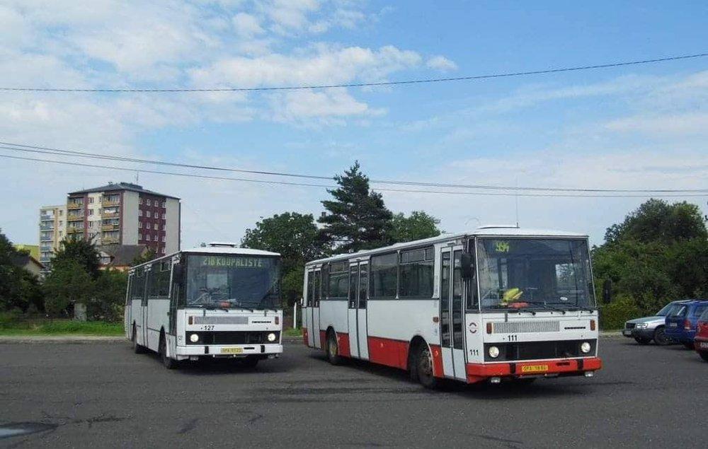 Setkání vozů ev. č. 127 s poslední provozním vozem Karosa řady 700 (typ B 732) v Opavě v roce 2013. Vůz ev. č. 111 sloužil v Opavě až do roku 2015, na linkách se ale objevoval spíše výjimečně. (foto: Martin Plačko)