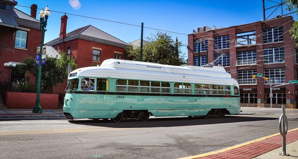 Nejsou nízkopodlažní a už vůbec nejsou nové. Po důkladné rekonstrukci a dovybavení některými technologiemi (klimatizace, wi-fi…) ale budou sloužit místním znova. Někdy je prostě lepší staré neposlat hned do šrotu… (foto: El Paso Streetcar)