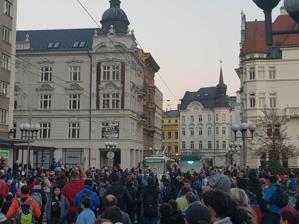 Při závěrečném symbolickém rozloučení se podařilo zaplnit nejprestižnější prostor ve městě – centrální Horní náměstí. (foto: Martin Žarnovický)