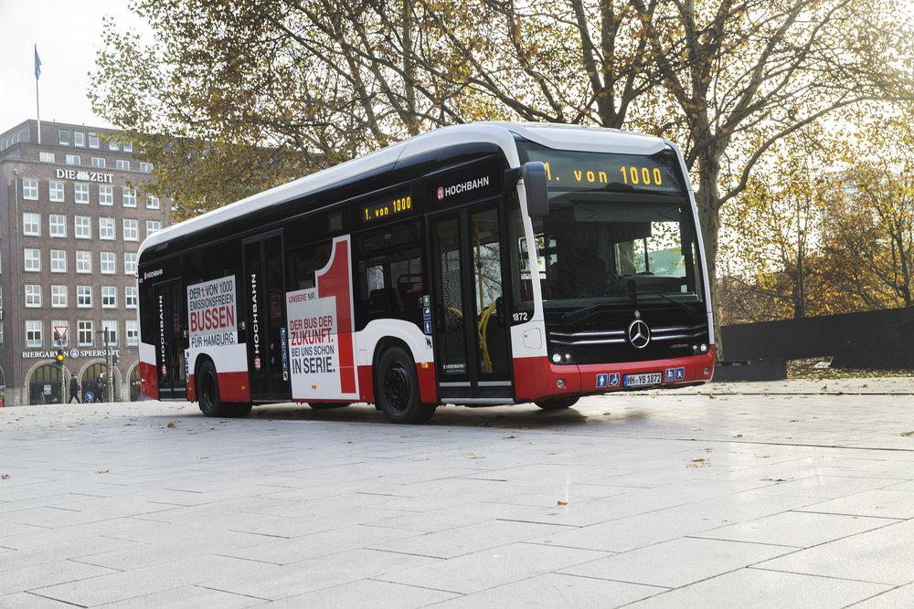 První z tisíce. Elektrobus eCitaro je označen jako první elektrobus v Hamburku z očekávané flotily tisíce elektrobusů. Ve skutečnosti bychom však elektrobusy ve flotile Hamburger Hochbahn nalezli. (foto: EvoBus)