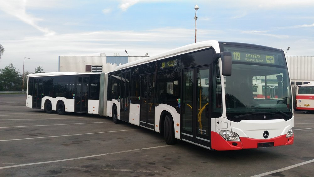 V pražských ulicích byl již dvakrát testován model Mercedes-Benz CapaCity L. Autobus měří téměř 21 m, je však stále pouze dvoučlánkový. (foto: Ondřej Kubišta).