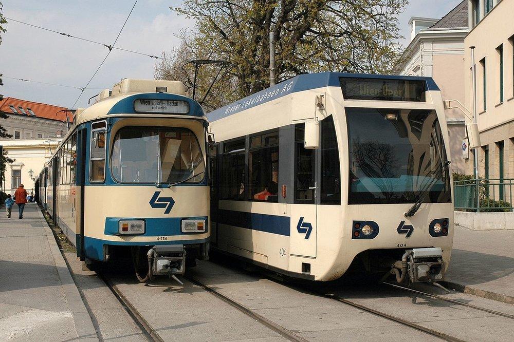 V současné době slouží na trati Vídeň - Baden dva typy vozů. Starší vozidla řady TW100 výrobce SGP vycházející z konstrukce německého Düwagu a novější vozy řady TW400, kterých je však k dispozici pouze 14. (zdroj: Wikipedia.org)