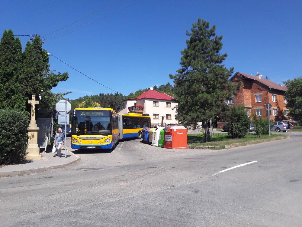 Autobus linky č. 35 se dne 7. srpna 2018 vyhřívá na konečné ve Velíkové. V rámci ekologizace dopravy ve zlínské aglomeraci dojde k omezení autobusového provozu v oblasti mezi Zlínem a ZOO Lešná ve prospěch bateriových trolejbusů. Nakolik, to ještě zůstává otázkou. (foto: Vít Hinčica)
