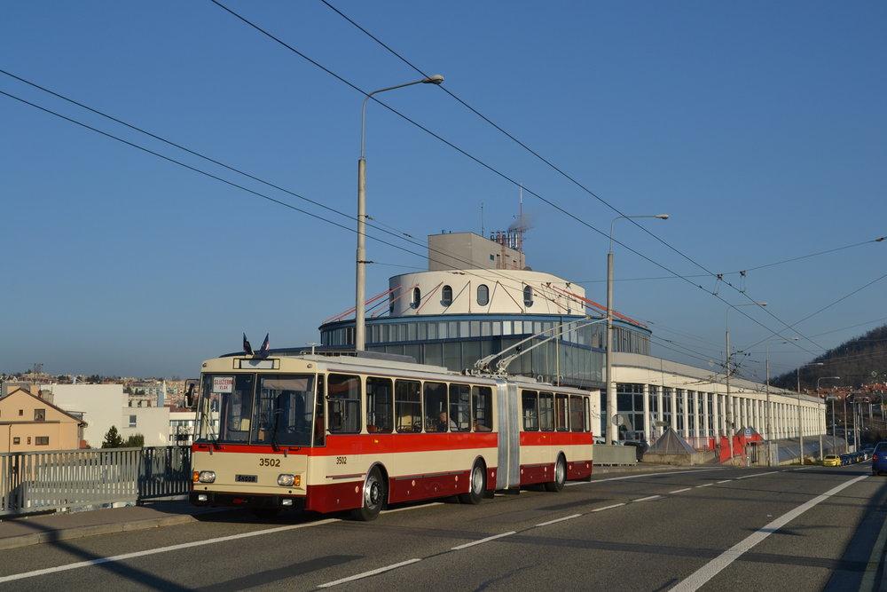 Trolejbus před komínskou vozovnou. (foto: Ing. Jiří Černý)